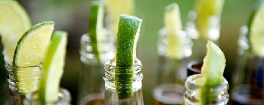 Botellas de cerveza con limón